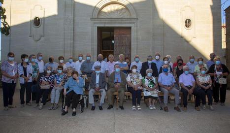 Foto de família dels veïns de Rocafort de Vallbona majors de 75 anys, diumenge després de la missa en honor seu.