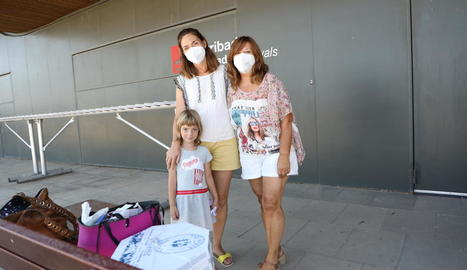 Alguns dels passatgers que van volar ahir a les illes Balears des de l'aeroport d'Alguaire.