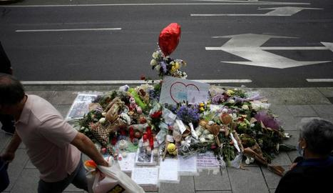 Flors col·locades al lloc on va ser assassinat Samuel Luiz a la Corunya.