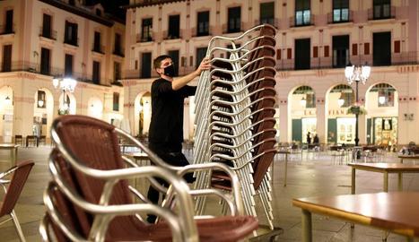Un hoteler recull la terrassa del seu establiment d'Osca.