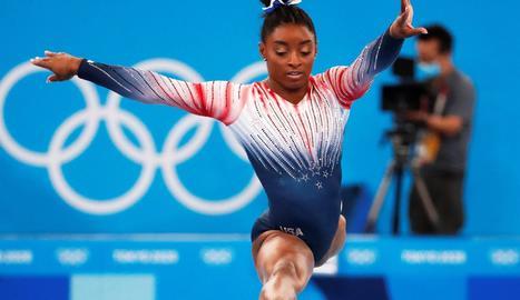 Simone Biles guanya el bronze en barra entre ovacions