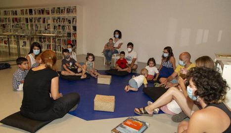 L'artista donostiarra Itziar Okariz va dirigir ahir el primer de tres tallers que impartirà a la Panera.