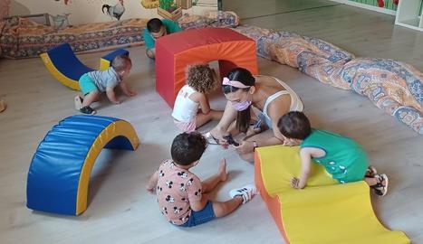 Una de les activitats en el primer dia de funcionament del casal a la Llar d'Infants l'Era.