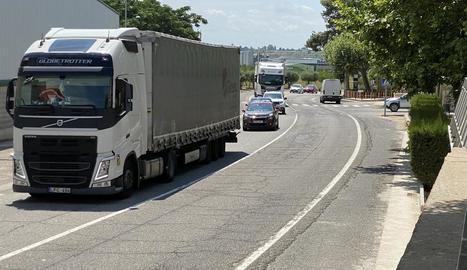 Vehicles circulant ahir per l'N-II al seu pas per Bell-lloc.
