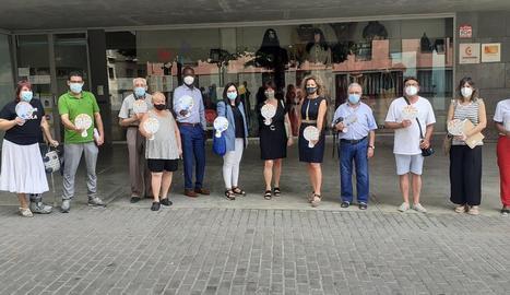 Representants de la Paeria i de les entitats que col·laboren a 'Conviu al Barri', ahir a la plaça l'Ereta.