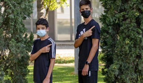 Dos adolescents de 16 anys que es van vacunar ahir a Lleida.
