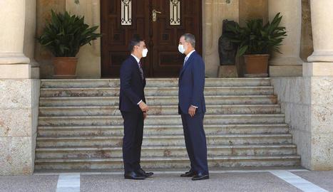 El president espanyol, Pedro Sánchez, amb Felip VI, ahir, a les portes del Palau de Marivent.