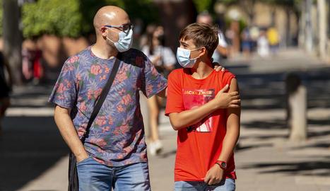 Pau Asensio, de 13 anys, ahir amb el seu pare després de rebre la vacuna a Lleida ciutat.
