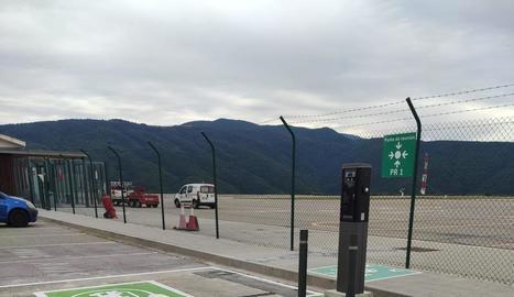 El punt de càrrega de cotxes elèctrics de l'aeroport de la Seu.