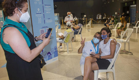 Un grup d'adolescents que ahir van rebre la primera dosi a l'Espai MerCAT de Tàrrega.