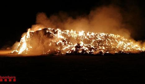 Espectacular incendi en un paller a Balaguer