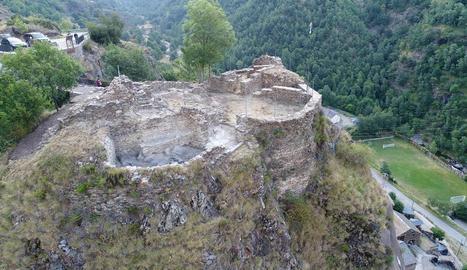 Vista aèria actual de les restes al descobert del castell medieval de Tavascan, al Pallars Sobirà.