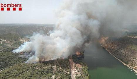 Bombers en l'incendi de vegetació que es va originar ahir de matinada a Vilaplana, nucli de la Baronia de Rialb.