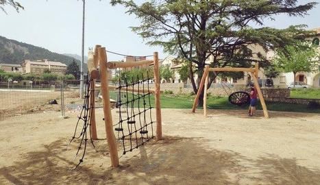 El parc infantil de la Pobla on s'han renovat jocs.