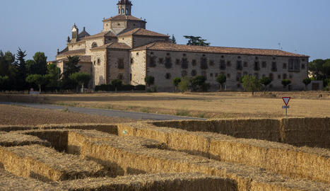 Impulsors i organitzadors del nou laberint de palla posat en marxa aquest mes d'agost a Sant Ramon.