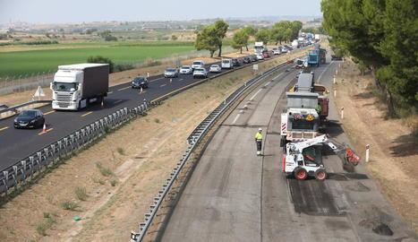 Les obres per reformar el paviment de l'A-2 que van començar ahir i les retencions que van provocar. A la imatge dreta, Crespín durant la seua visita a l'autovia.