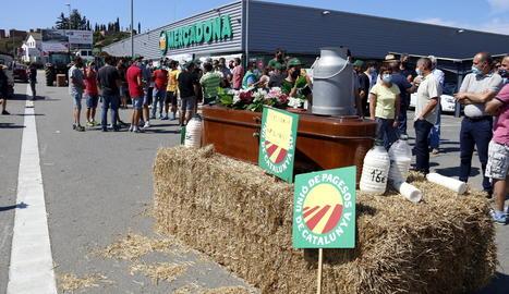 Una mobilització dels pagesos davant el Mercadona de Vic.