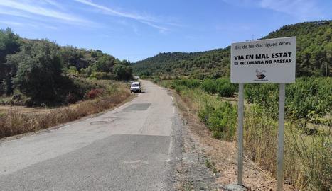 Els cartells que s'han col·locat a la carretera local per denunciar el mal estat del ferm.