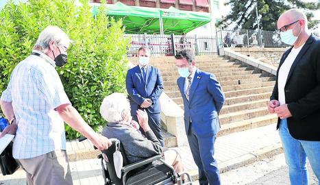 Aragonès saludant ahir a la Pobla de Segur una dona durant la visita al municipi.