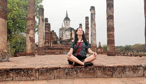 temple budista. Laura, en un temple budista a la ciutat de Sukhothai, en la primera etapa del seu viatge.