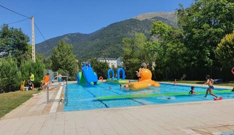 Les atraccions inflables a la piscina de Vilaller.