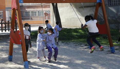 Imatge del curs passat de diversos nens d'un col·legi de Pardinyes jugant al pati amb mascareta.