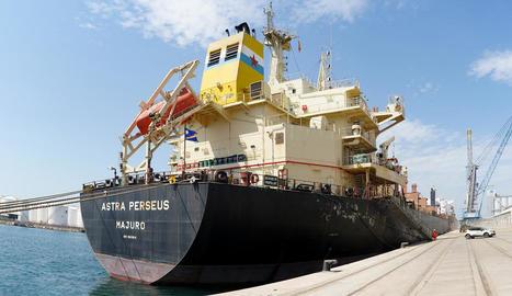 Aquest vaixell transporta farratges de Tarragona cap a Àsia.