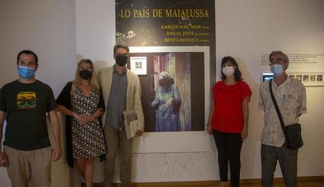 Un moment de la inauguració ahir de la mostra 'Lo País de Maialussa' a la Sala Marsà de Tàrrega.