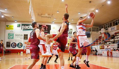 Jugadors de l'ICG Força Lleida defensen una acció en atac, ahir a Valls.