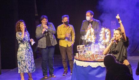 La plaça dels Comediants va acollir l'acte de celebració del 40 aniversari de FiraTàrrega, amb pastís gegant d'aniversari inclòs.
