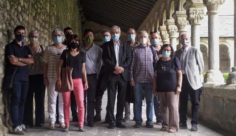 Foto de família del comitè de redacció i el comitè científic, a la catedral de Santa Maria d'Urgell.