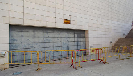 Vista ahir d'una de les façanes del Museu de Lleida que es reformaran, amb tanques protectores.