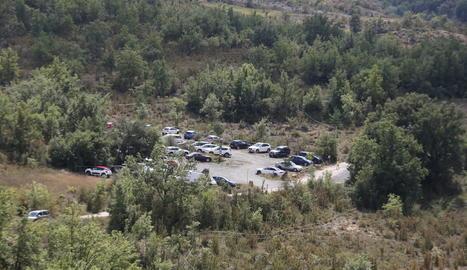 Senderistes inicien el recorregut de Mont-rebei des del pàrquing de la Masieta.