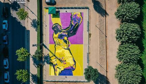 La pista remodelada amb el mural dedicat a Kobe Bryant a Balaguer.