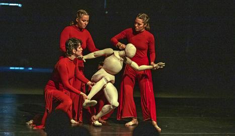 Laura Murphy Dance ahir a la Ciutat Trepat amb l'espectacle 'Abacus'.