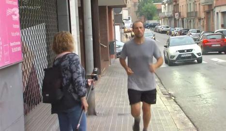 Xavier Novell, amb roba d'esport ahir al matí pels carrers de Manresa.