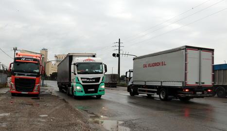 Camions circulant pel polígon industrial El Segre de Lleida.