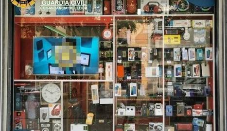 Aparador d'un dels dos comerços intervinguts per la policia a Lleida amb material falsificat.