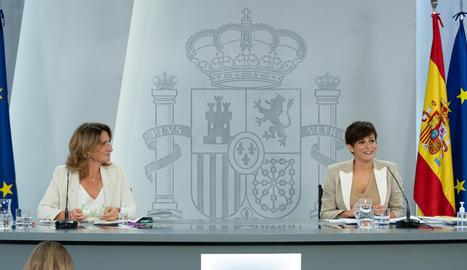 La vicepresidenta tercera, Teresa Ribera, i la portaveu del govern espanyol, Isabel Rodríguez, a l'inici de la roda de premsa posterior al Consell de Ministres.
