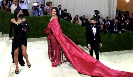 Rosalía, amb un vestit roig inspirat en el mantó de Manila.