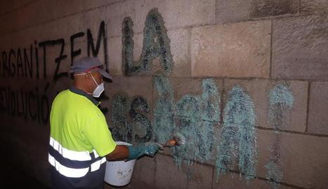 Els operaris van aplicar una pasta decapant sobre les lletres.