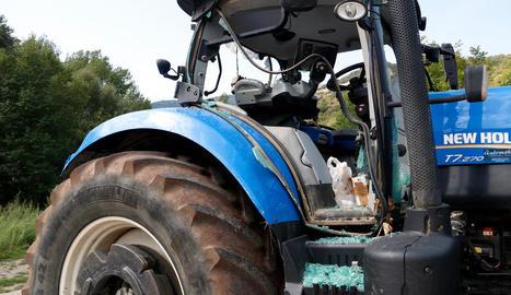Els vàndals van trencar els vidres d'aquest tractor a martellades.