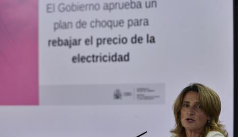 Ribera va presentar les mesures per abaratir el rebut de la llum, mentre aquesta marcava un nou rècord