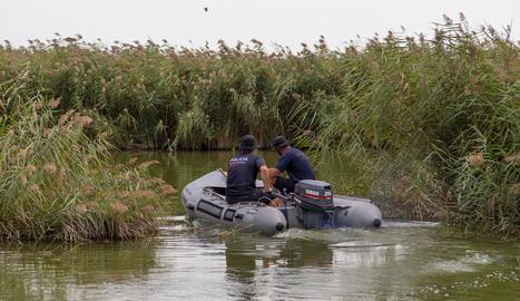 Imatge de dos agents dels Mossos buscant dilluns la dona a Utxesa.