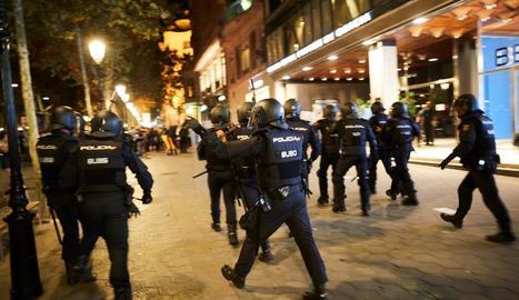 Imatge d'una actuació policial en una mobilització convocada pels CDR a Barcelona.