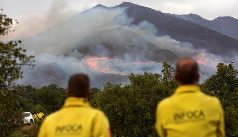 Dos membres de l'Infoca observen les flames de l'incendi que ha arrasat gairebé 10.000 hectàrees.