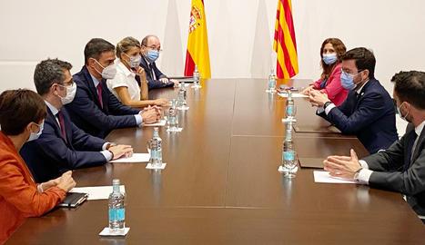 Les delegacions dels governs de Catalunya i de l'Estat s'han reunit a la Sala Torres Garcia del Palau, un cop acabada la reunió entre els presidents.