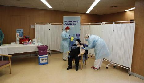 La primera usuària d'una residència de Lleida que va ser vacunada.