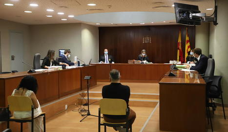 La parella acusada, durant la vista celebrada ahir a l'Audiència de Lleida.