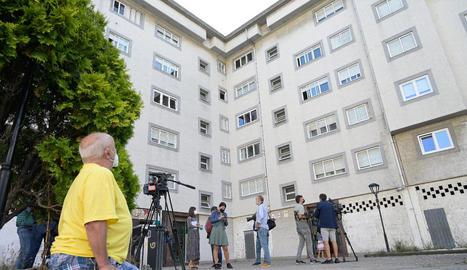 Mitjans de comunicació esperen als voltants del bloc on es va cometre el crim.